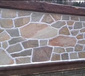 Gnejs metaliczny - mozaikowy i standardowy na panelu ogrodzeniowym